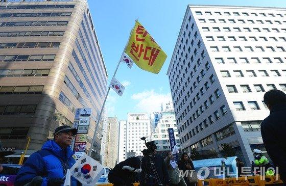 박사모 등 보수단체 회원들이 9일 오전 서울 여의도 새누리당 당사앞에서 탄핵반대 집회에 참석하고 있다. / 사진=뉴스1