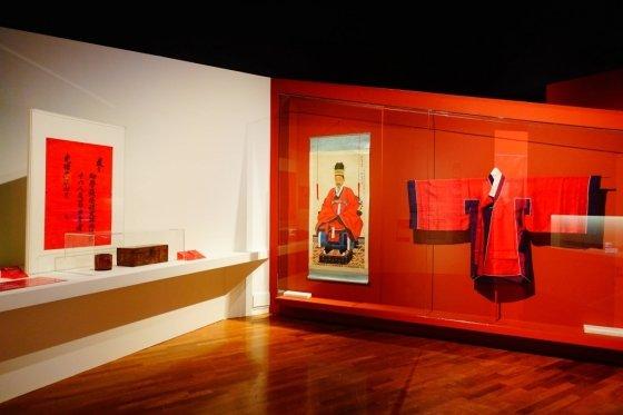 빨강색(赤) 전시장의 풍경. 우리 조상들은 붉은색을 '권위'의 상징으로 여겨왔다. /사진=김유진