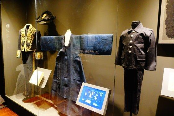 검정색(黑) 전시실에 전시된 일제강점기 의복의 모습. 일제는 한국인의 정신이 담긴 '백의'를 못 입게 하고, 대신 검은 옷을 입게 했다. /사진=김유진 기자
