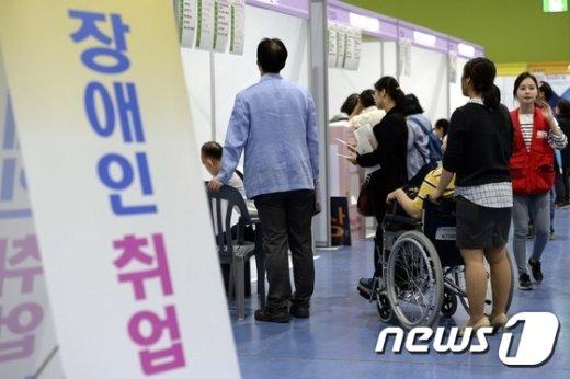 올해 초 서울에서 열린 한 장애인 취업박람회 장면. /뉴스1DB