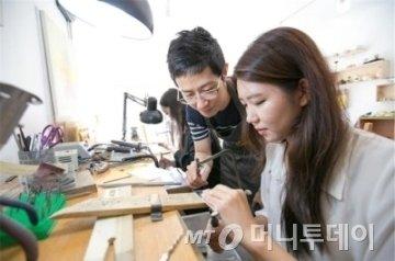 힐링필링협동조합은 다양한 분야 공예작가과 함께 커플링 반지 만들기 등 공예 체험 프로그램을 제공한다. /사진제공=힐링필링협동조합