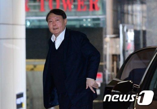 [사진]차량에서 내리는 윤석열 수사팀장