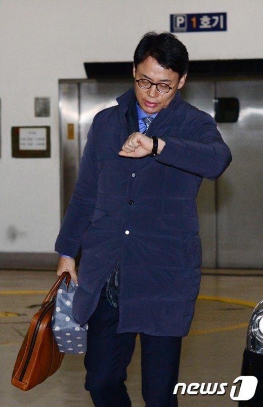 [사진]시계보며 출근하는 이규철 대변인