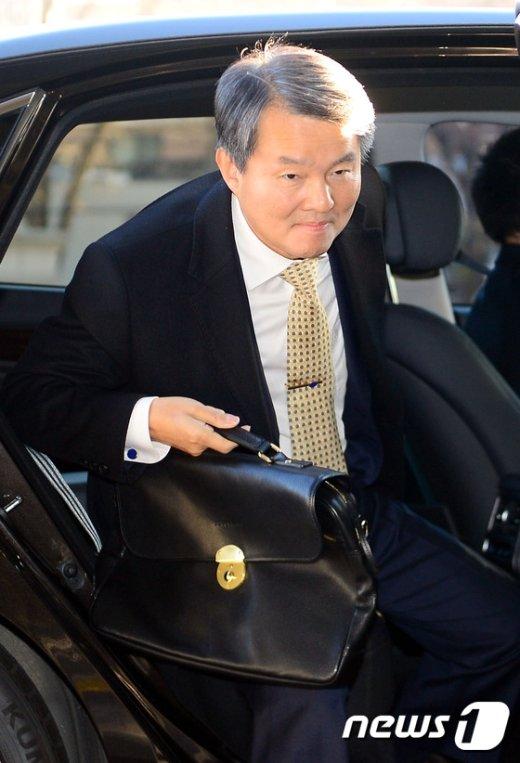 [사진]출근하는 이진성 재판관