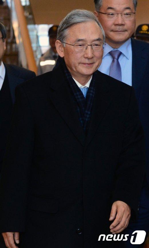 [사진]교수회관 나서는 이장무 카이스트 이사장