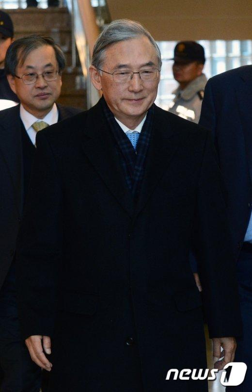 [사진]호암교수회관 나서는 이장무 전 서울대 총장