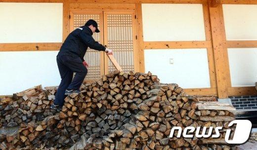 [사진]온돌 덥힐 장작 쌓기