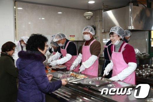 박춘희 송파구청장이 봉사활동 송년회에서 배식을 하고있다.(송파구 제공) 2016.12.16© News1