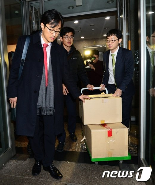 [사진]박스 들고 김영재 의원 나서는 특검