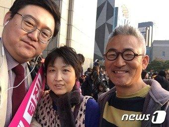 촛불집회에서 제자의 학부모 부부를 우연히 만나 찍었다. 김성수 평론가는 맨 왼쪽. (김성수씨 제공) © News1