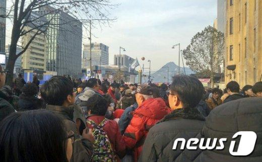 지난 3일 서울 종로구 광화문 광장 일대를 가득 메운 시민들(허영일씨 제공)© News1