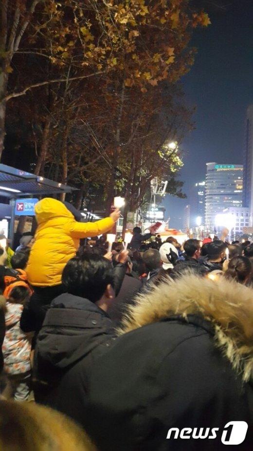 지난 11월12일 오후 6시27분. 시위라기보다는 우드스탁 페스티벌처럼 보였던 광화문 광장.(직장인 강태혁씨 제공) © News1