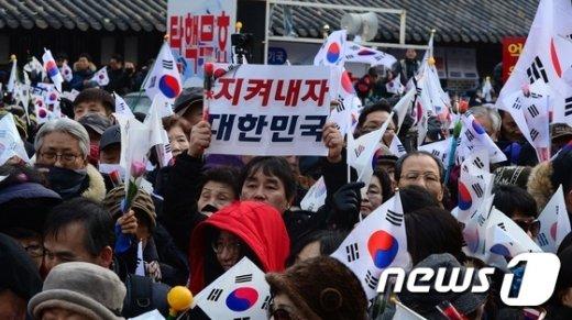 [사진]헌재 앞 탄핵무효 맞불집회
