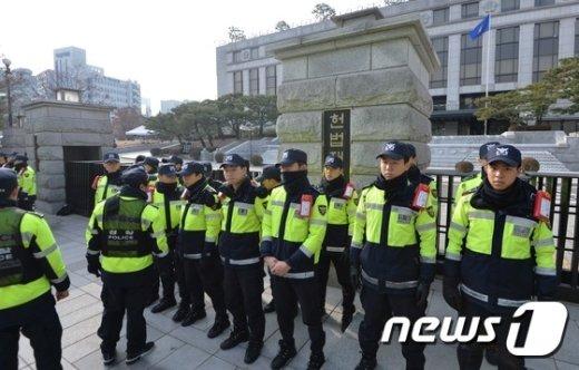 [사진]헌재 앞 지키는 경찰들