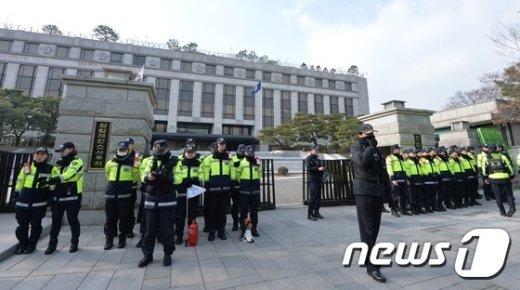 [사진]헌재 앞 경찰들