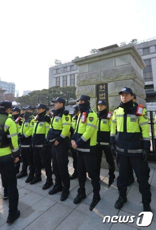 [사진]헌법재판소 둘러싼 경찰