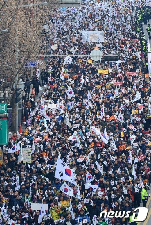 [사진]보수단체, 맞불 행진