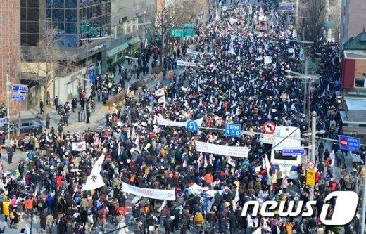 [사진]헌법재판소 인근 보수단체 맞불집회