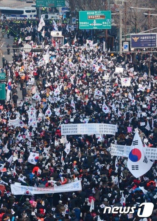 [사진]태극기 든 보수들의 맞불집회