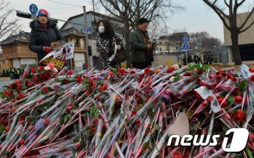 [사진]청와대 앞 대통령을 위한 장미꽃