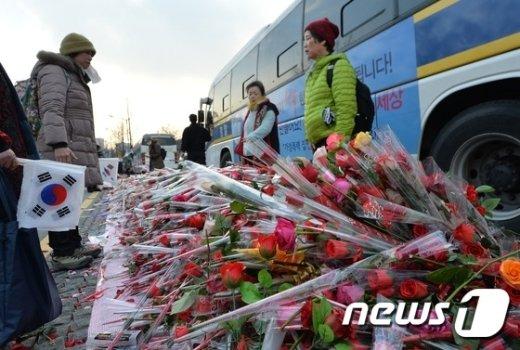 [사진]보수단체 '장미꽃 대행진'