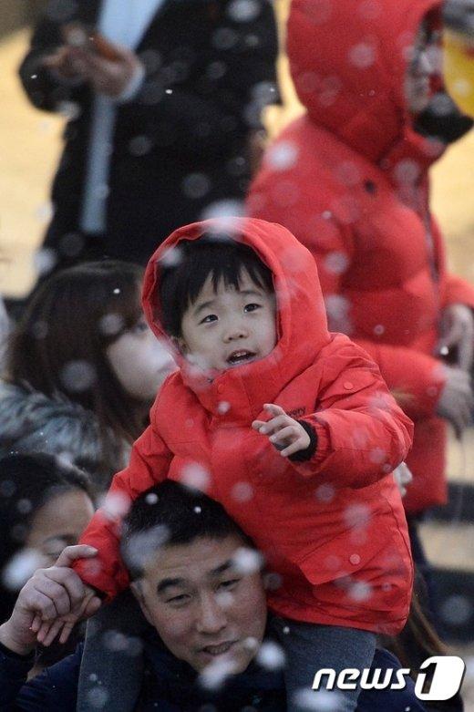 [사진]'눈송이 잡는 동심'