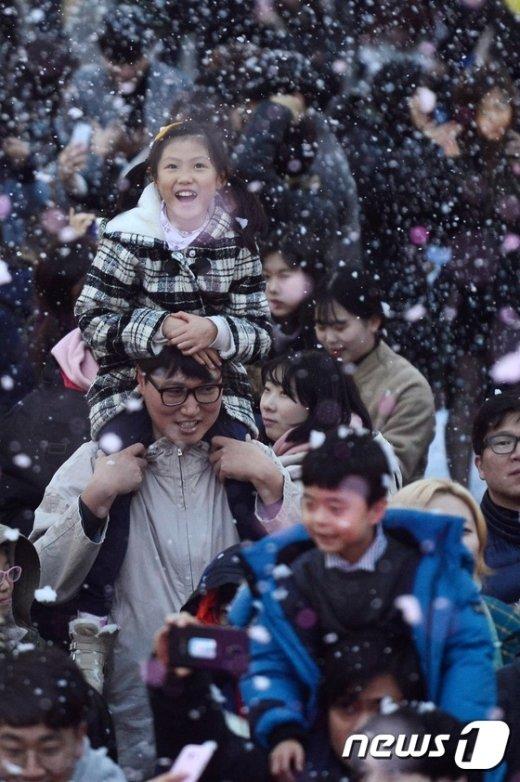 [사진]내리는 눈송이에 기뻐하는 어린이들