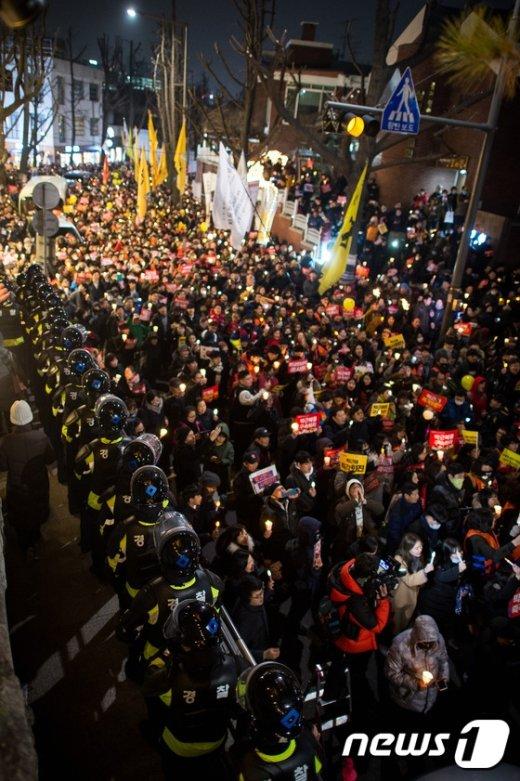 [사진]'황교안 대통령 권한대행 인정못해' 총리공관 향하는 촛불