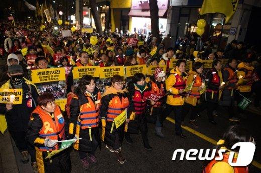 [사진]'황교안 퇴진' 총리공관 향하는 세월호 유가족과 시민들