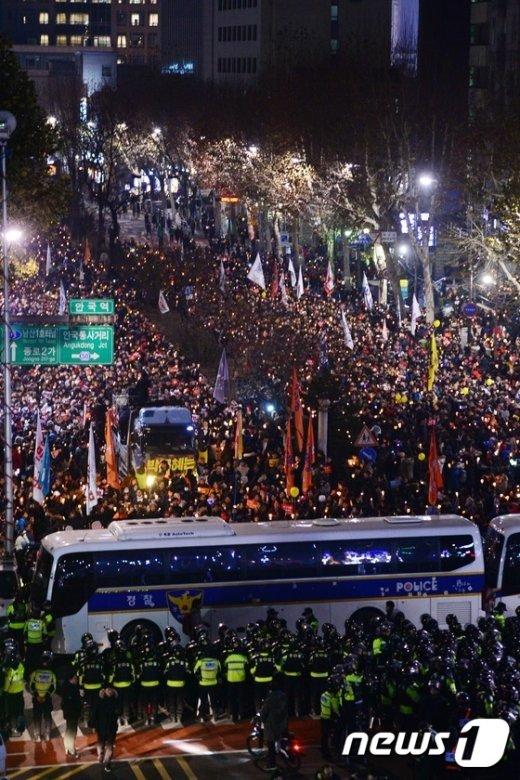 [사진]헌재 앞까지 촛불행진