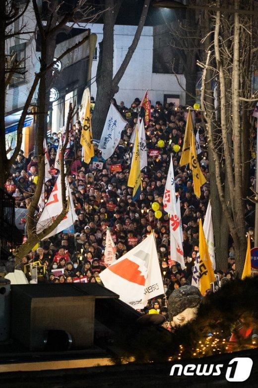 [사진]촛불 몰려오는 삼청동 총리공관