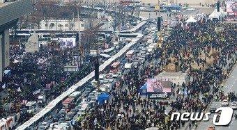 17일 오후 서울 광화문광장에 경찰차벽을 중심으로 대통령 탄핵 집회(오른쪽)과 보수단체 대통령 탄핵 반대 맞불집회가 열리고 있다. 2016.12.17/뉴스1 © News1 박지혜 기자