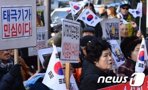 [사진]특검 앞 집회 갖는 어버이연합