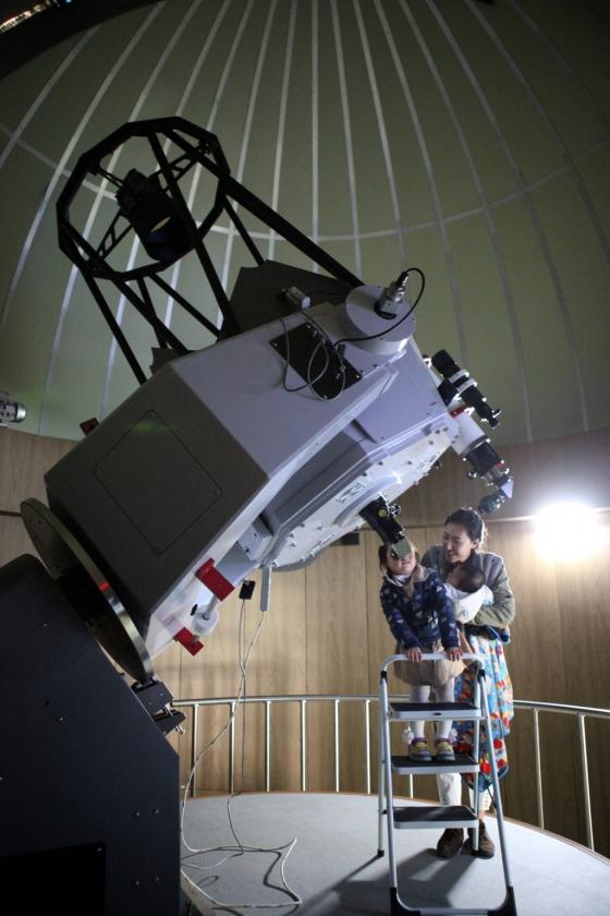 경북 영천시 보현산천문과학관 주관측실에서 아이가 망원경을 통해 하늘의 별을 보고 있다. /사진제공=한국관광공사