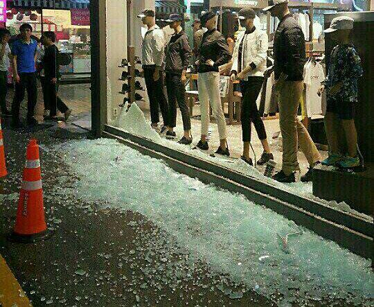 지난 9월12일 오후 경북 경주에서 발생한 규모 5.1과 5.8 규모의 지진으로 경주의 한 의류 상점 전면 유리창이 파손돼 있다. /사진=뉴스1(독자제공)