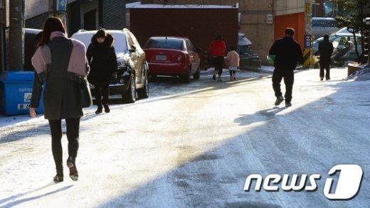 [사진]영햐의 날씨에 얼어붙은 도로들