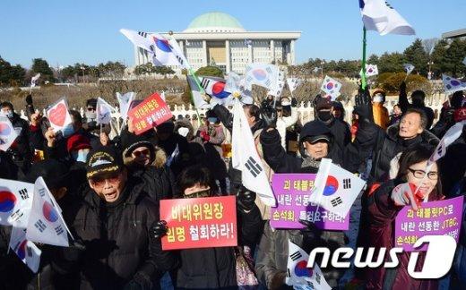 [사진]인명진 비대위원장 반대 구호 외치는 보수단체 회원들