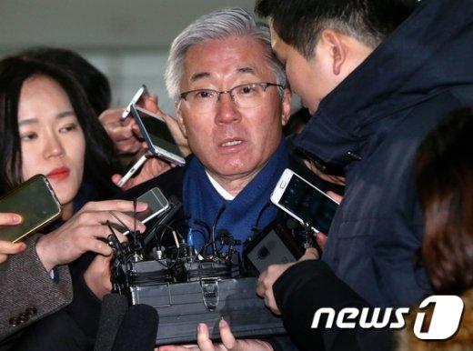 [사진]질문에 답하는 김종덕 전 장관