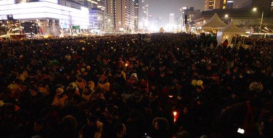 7일 오후 서울 광화문광장에서 박근혜 대통령 퇴진을 요구하는 11차 촛불집회가 열린 가운데 가운데 세월호 참사를 추모하는 소등행사가 치러지고 있다. /사진제공=뉴스1