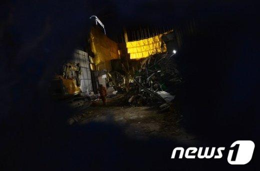 [사진]종로3가 붕괴사고 구조작업 '난항'