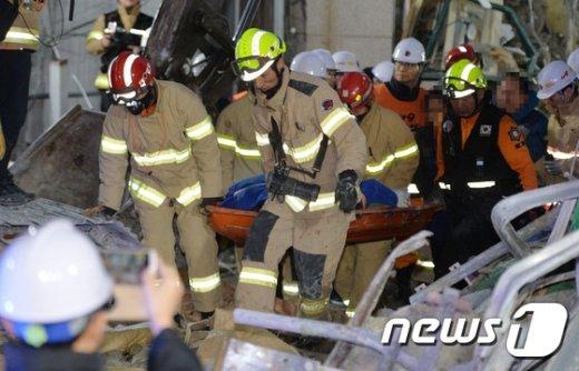 8일 오전 철거공사 중 건물이 무너져 인부 2명이 매몰된 서울 종로구 낙원동 사고 현장에서 소방대원들이 매몰된 인부 김모씨(60)를 구조하고 있다. © News1 박세연 기자