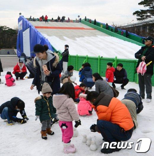 [사진]'눈이 녹아 눈썰매가 재미없어요'