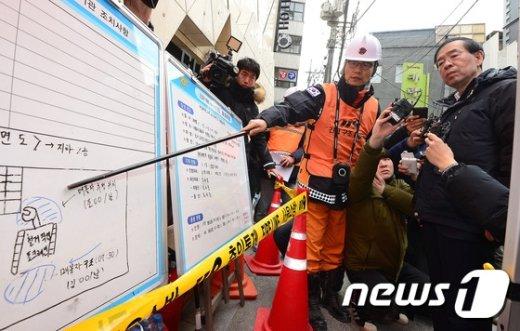 [사진]인부 매몰지역 보고받는 박원순 시장