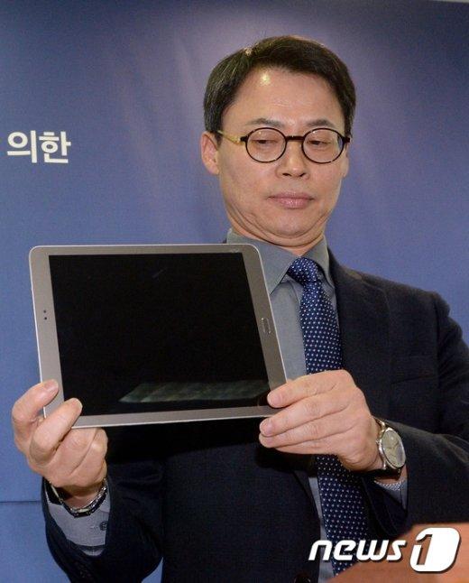 [사진]태블릿PC 공개하는 이규철 대변인