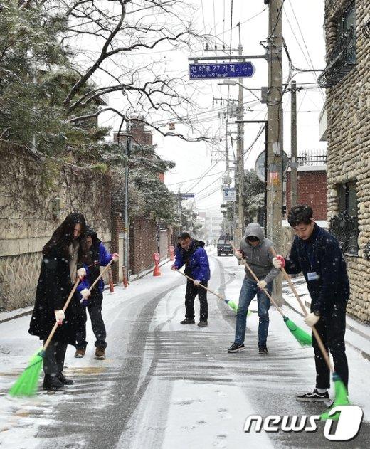 [사진]제설작업 한창인 서대문구 연희동 주민센터 직원들