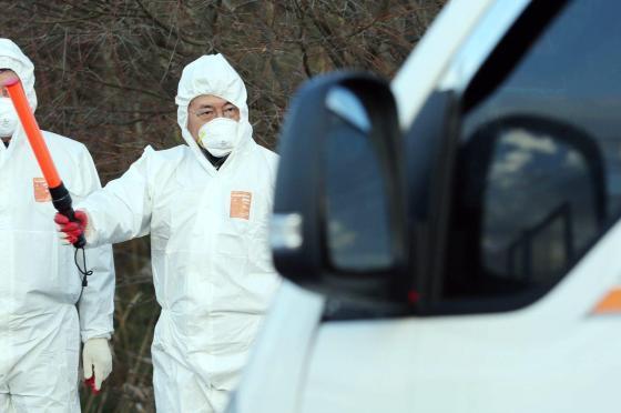 문재인 더불어민주당 전 대표가 지난해 12월 14일 전북 정읍 AI거점소독소에 방문했다./사진=문 전 대표 측 제공