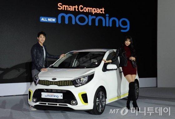 기아차가 17일 서울 중구 동대문디자인플라자(DDP)에서 '올 뉴 모닝'을 공개했다. 모델들이 포즈를 취하고 있다./사진=기아차