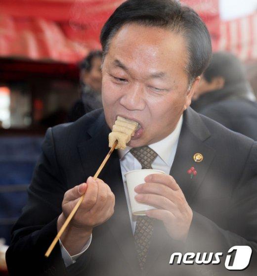 [사진]어묵먹는 김동극 처장