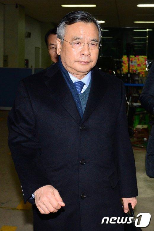 [사진]사무실 나서는 박영수 특별검사 '출근 12시간 만에 퇴근'