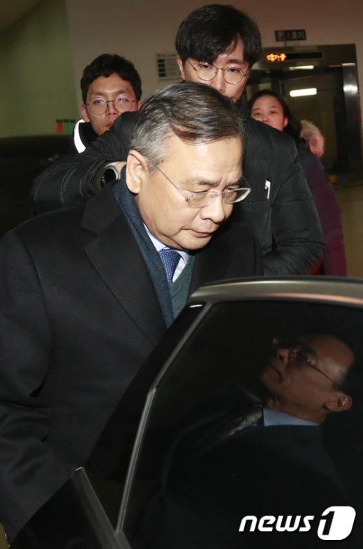 [사진]차량에 오르는 박영수 특검